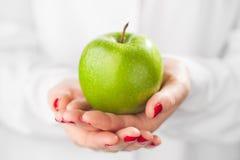 绿色苹果在手上 免版税库存图片