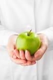 绿色苹果在手上 图库摄影