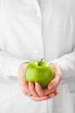 绿色苹果在手上 免版税图库摄影