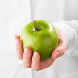 绿色苹果在手中 图库摄影