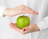 绿色苹果在手中 免版税库存图片