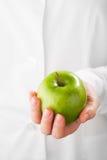 绿色苹果在手中 库存图片