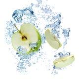 绿色苹果在水中 免版税库存照片