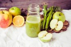 从绿色苹果无头甘蓝、柠檬和芹菜的有机汁液,设色 免版税库存照片
