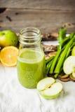 从绿色苹果无头甘蓝、柠檬和celer的戒毒所新鲜的有机汁液 库存图片