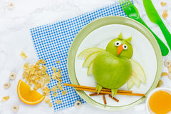 绿色苹果猫头鹰 库存照片