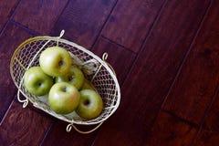 绿色苹果篮子 免版税库存照片