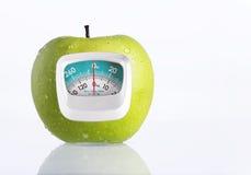 绿色苹果计算机和重量测量米 图库摄影