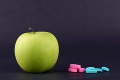 绿色苹果计算机和医学2 库存图片