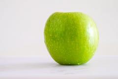 绿色苹果计算机在白色背景中 免版税图库摄影