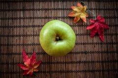 绿色苹果计算机秋天 库存图片