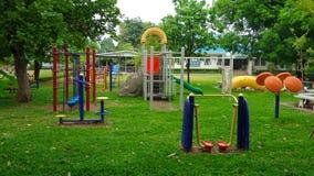 绿色草坪的儿童操场 免版税库存照片