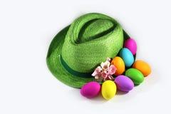 绿色草帽用复活节五颜六色的鸡蛋 免版税库存照片