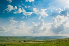 绿色草甸在蓝天下 库存图片