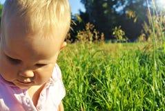 绿色草甸的婴孩 免版税库存图片