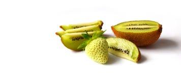 绿色草莓和猕猴桃 免版税图库摄影