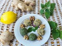 绿色荨麻头脑酱用核桃、姜、香菜和柠檬 免版税库存照片