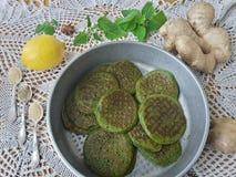 绿色荨麻薄煎饼 库存图片