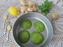 绿色荨麻薄煎饼 免版税库存照片