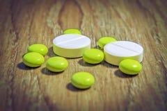 黄色药片的片剂和白色宏指令 配药,化学,医学 与药片的款待疾病 免版税库存照片