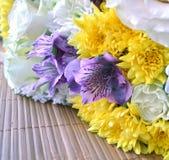 黄色菊花、虹膜和白玫瑰花束在秸杆餐巾 免版税库存照片