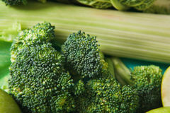 绿色菜平的位置在明亮的背景的 库存图片