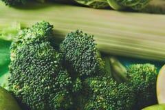绿色菜平的位置在明亮的背景的 免版税库存照片