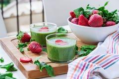 绿色菠菜圆滑的人用草莓 库存照片
