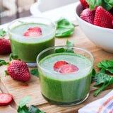 绿色菠菜圆滑的人用草莓 库存图片