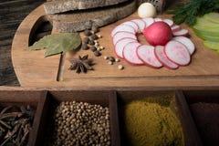 绿色萝卜、红色庭院黑麦面包萝卜和片断  免版税图库摄影