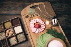 绿色萝卜、红色庭院黑麦面包萝卜和片断  免版税库存照片