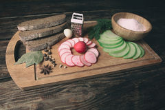 绿色萝卜、红色庭院黑麦面包萝卜和片断  库存图片