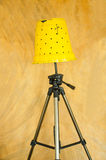 黄色落地灯、自己动手由罐和三脚架。 免版税库存图片