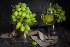 绿色葡萄和一杯白葡萄酒 库存图片