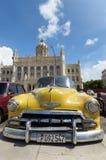 黄色葡萄酒汽车在古巴 图库摄影