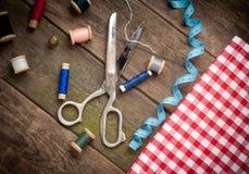 色葡萄酒的背景与缝合的工具和 免版税库存图片