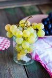 绿色葡萄,素食主义者未加工的食物的枝杈在玻璃的 免版税库存图片