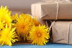 黄色蒲公英花束在木背景的 免版税库存照片