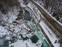 黑色蓝色人行道照片风景定了调子空白冬天森林 两条河的合流的鸟瞰图 免版税库存照片