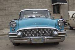 1955年水色蓝色别克特别汽车正面图 免版税库存图片