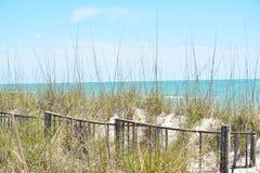 水色蓝色海洋看法从海滩沙丘的 免版税库存图片