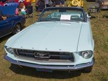 1967年水色蓝色Ford Mustang敞篷车 免版税图库摄影