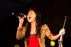 紫色融合妇女歌手歌唱者唱歌 免版税库存图片