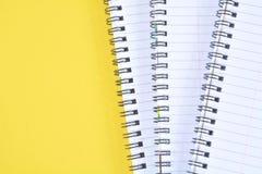 黄色螺旋纸笔记薄 免版税库存图片