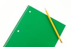绿色螺纹笔记本和铅笔 库存图片