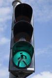 绿色行人交通光标志 免版税库存照片