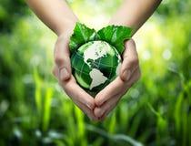绿色行星在您的心脏手-美国上 库存照片