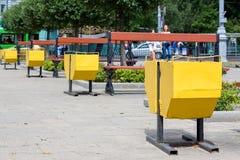 黄色街道垃圾桶 免版税库存图片