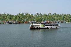 水色表达A小船被塑造象火车的引擎 免版税库存图片