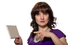 紫色衬衣丝毫空白CD的盖子的妇女 库存图片